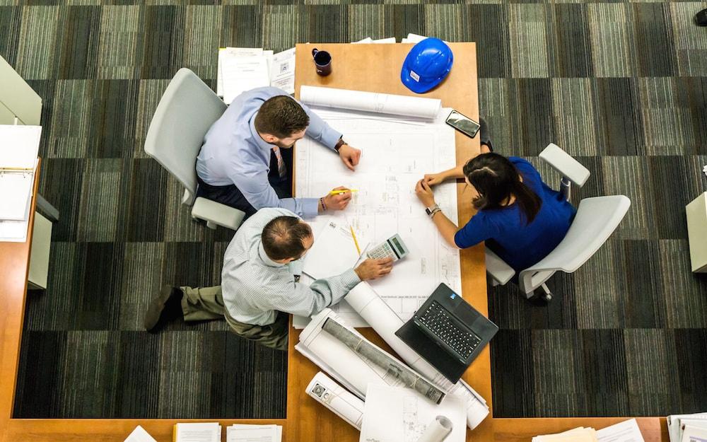 architetti interni arredamento in riunione